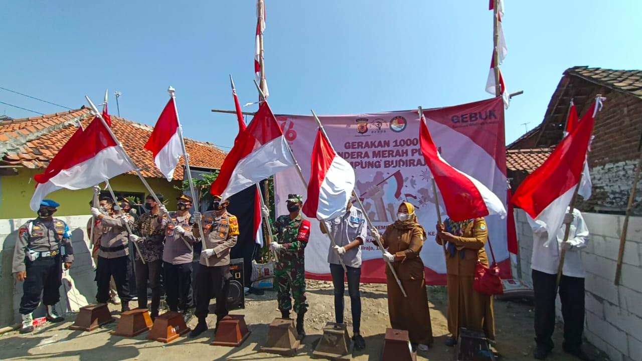 Kapolres Cirebon Kota bersama Warga Budiraja Kibarkan 1000 Bendera Merah Putih Dalam Rangka HUT Kemerdekaan RI ke-76