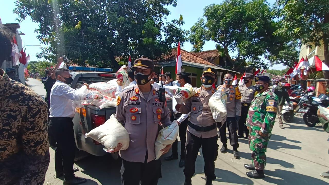 Kapolres Cirebon Kota Laksanakan Bansos dan Cek Vaksin Massal di Desa Mertasinga