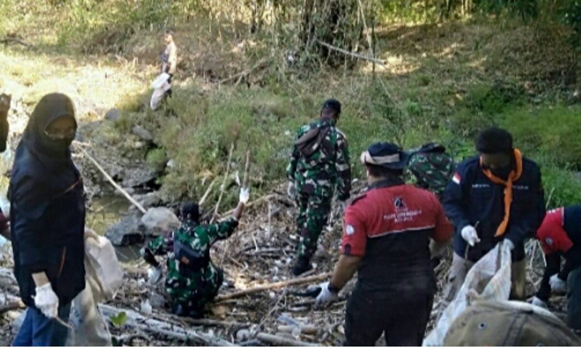 Serma Jajang Babinsa Koramil 0620-13/Sumber Bersama Warga Lakukan Karya Bakti