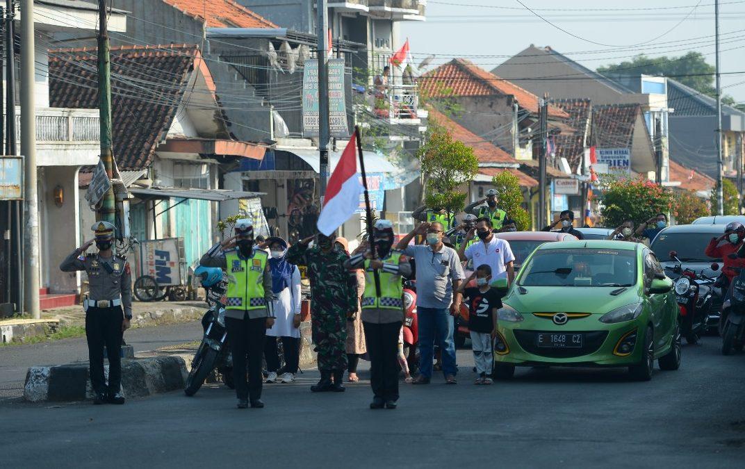 Tanamkan Nilai Nasionalisme, Satlantas Polresta Cirebon Kibarkan Merah Putih di Jalan Raya Saat Detik-detik Proklamasi