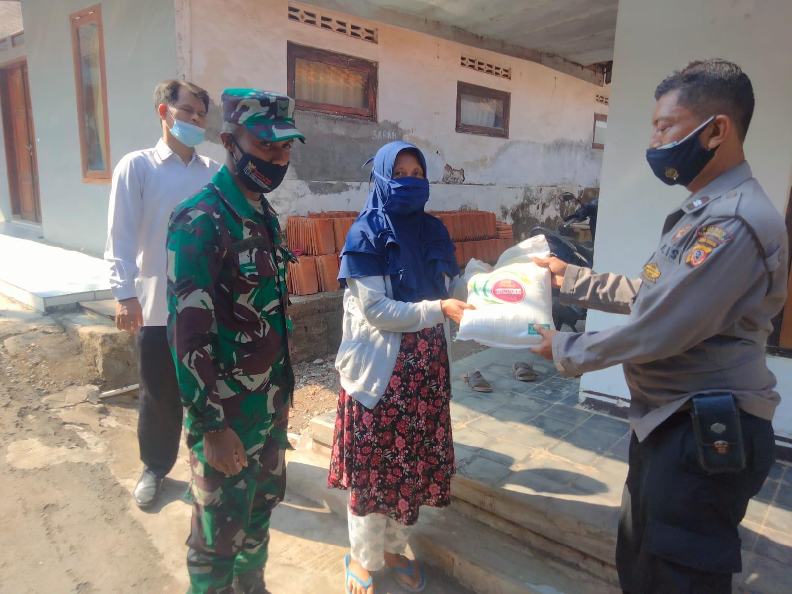 Peduli dengan Kondisi Warga Selama PPKM, Kanit Binmas Polsek Majalengka Kota Bersama Babinsa salurkan Bansos