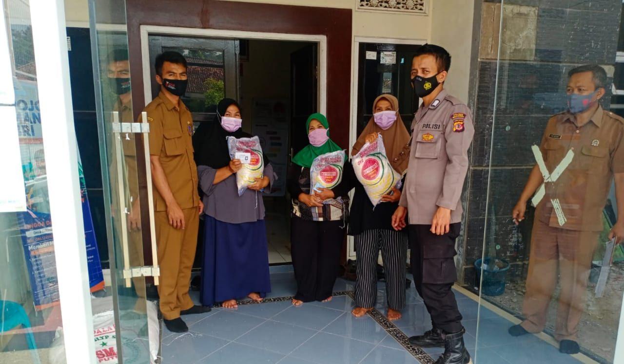 Bhabinkamtibmas Polsek Cikijing Bripka Achmad Supriyono Salurkan Bansos Kepada Masyarakat Yang Terdampak Pandemi Covid-19