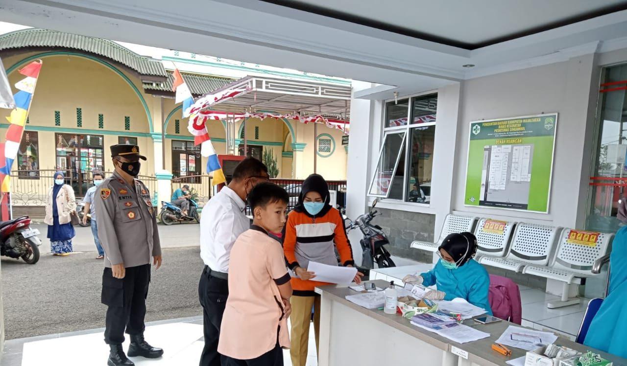 Kapolsek Cingambul Pantau Langsung Vaksinasi Tahap 1 dan 2 Bagi Remaja, Lansia dan Masyarakat Umum