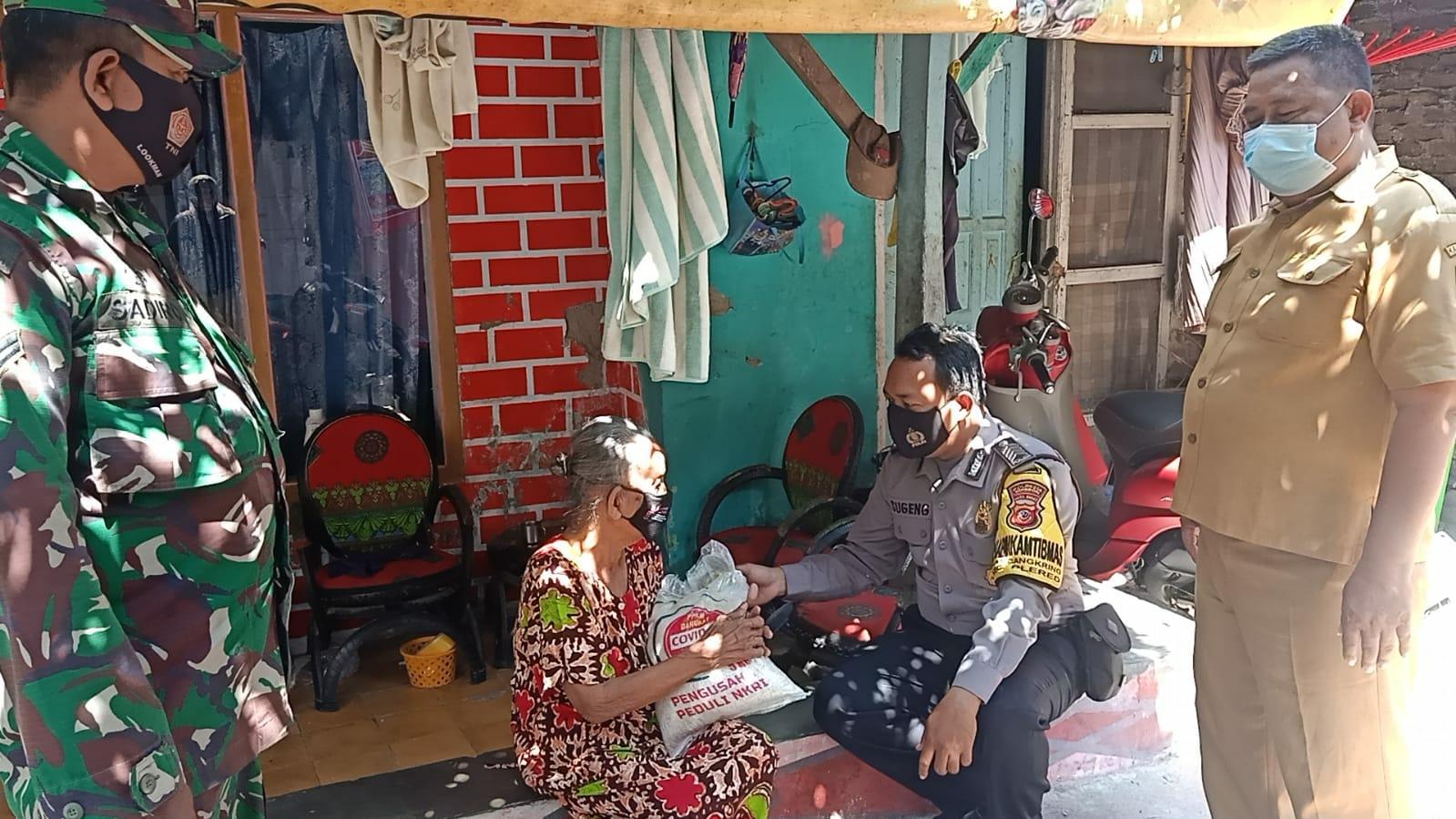 Polresta Cirebon Bagikan 200 Paket Bantuan Beras Kepada Warga Desa Mlakasari dan Desa Karangmangu