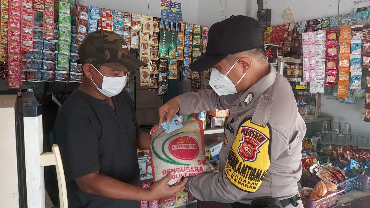 Polresta Cirebon Bagikan Bantuan Beras Kepada Warga Slum Area Desa Beber dan Desa Durajaya
