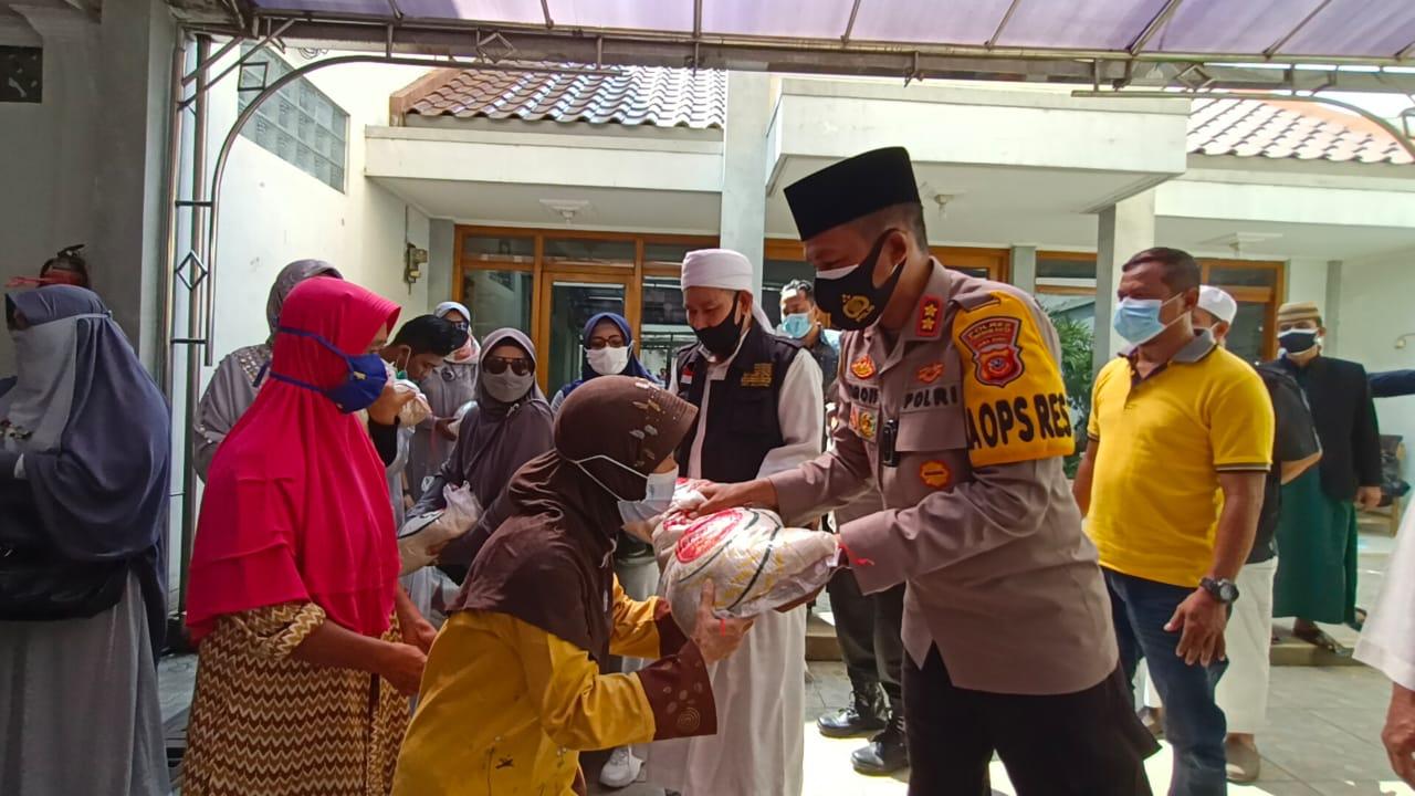 Sinergitas Kapolres Cirebon Kota-TNI-Forum Ukhuwah Islamiyah (FUI) Wilayah III Cirebon, dan HMI Cabang Cirebon Bagikan 200 Paket Beras