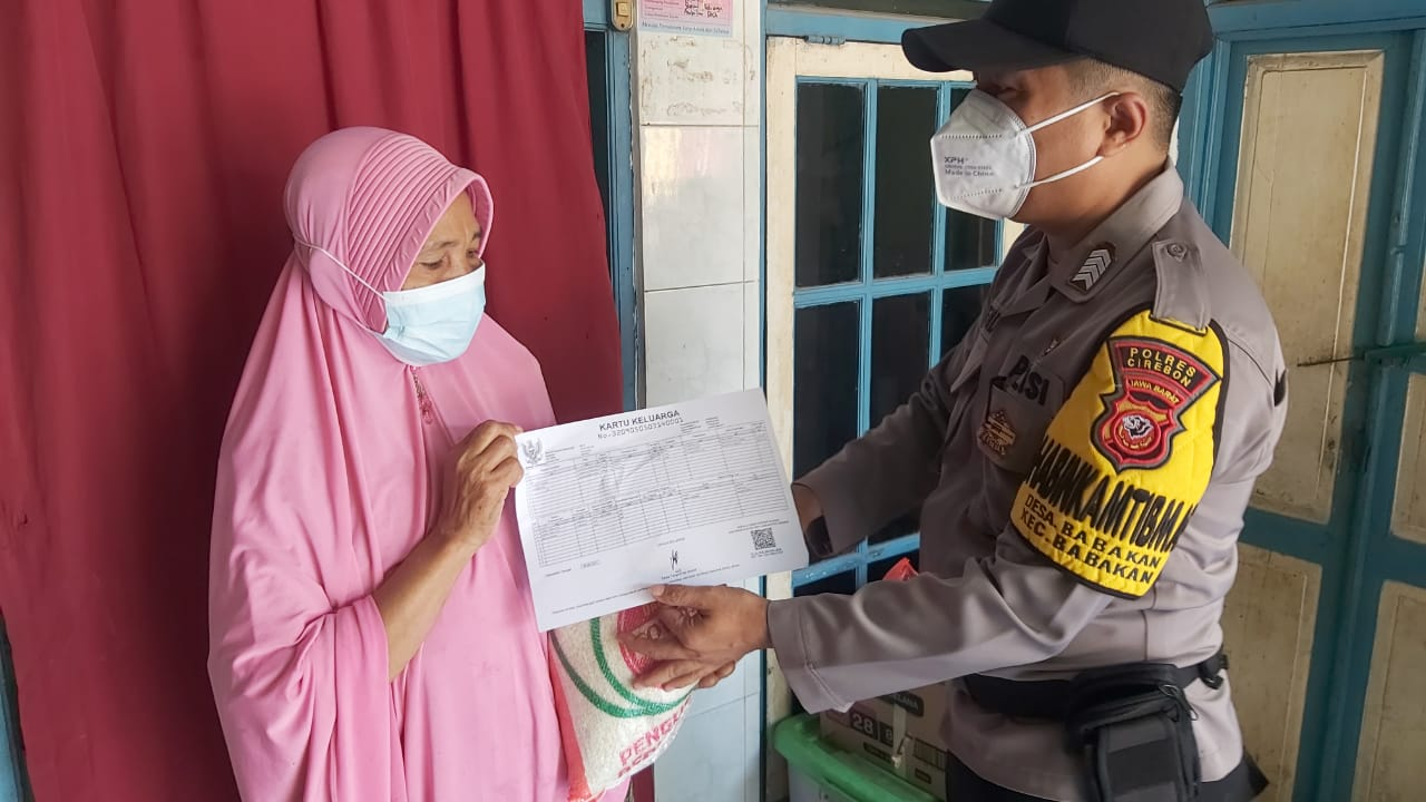 Polresta Cirebon Salurkan 200 Paket Beras Kepada Warga Slum Area Desa Pangkalan dan Desa Cangkring