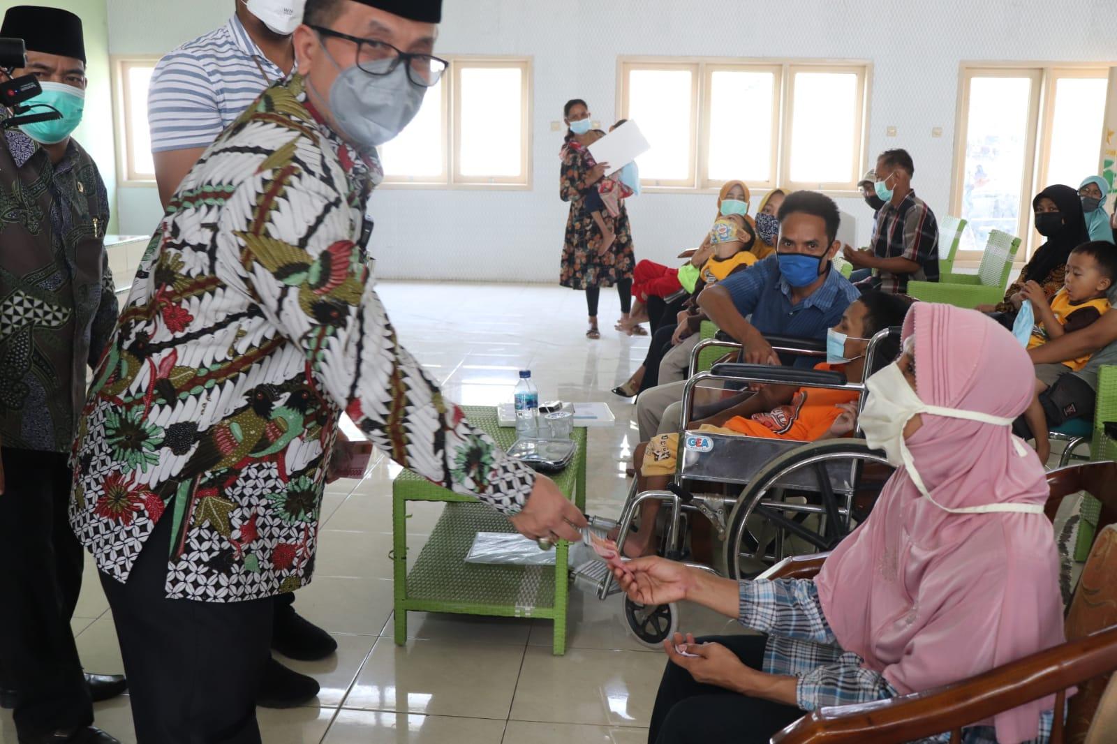 Penyandang Disabilitas Terima Bantuan Dari Pemkab Cirebon