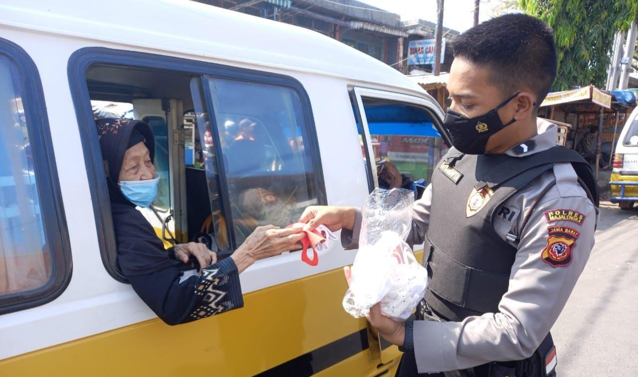 Unit Sabhara Polres Majalengka Saat Patroli Bagi-bagi Masker Gratis