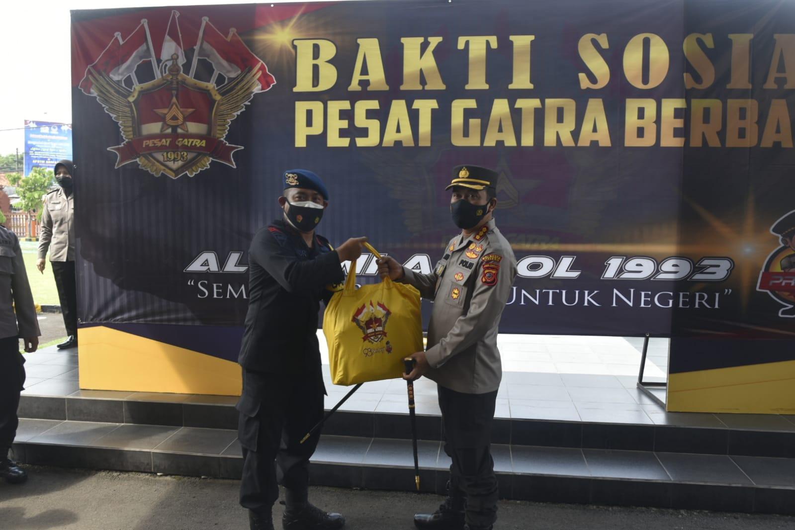 Polresta Cirebon dan Batalyon C Pelopor Satbrimob Polda Jabar Distribusikan Bansos dari Alumni Akpol 1993
