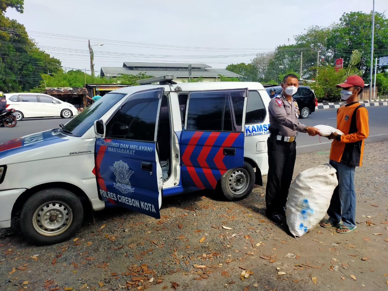 Sat Lantas Polres Cirebon Kota Berikan Sembako ke Pemulung dan Pembuang Sampah