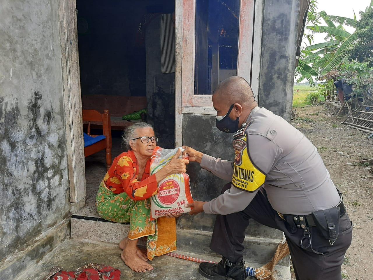 Polresta Cirebon Serahkan Bantuan Beras Kepada Warga Desa Mulyasari dan Desa Tawangsari