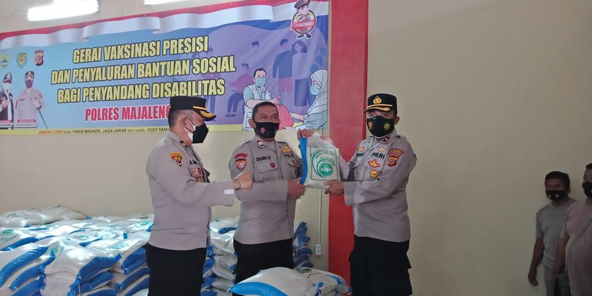 1000 Kantung Beras Diserahkan Waka Polres Majalengka Secara Simbolis Kepada Polsek Jajaran Untuk Warga