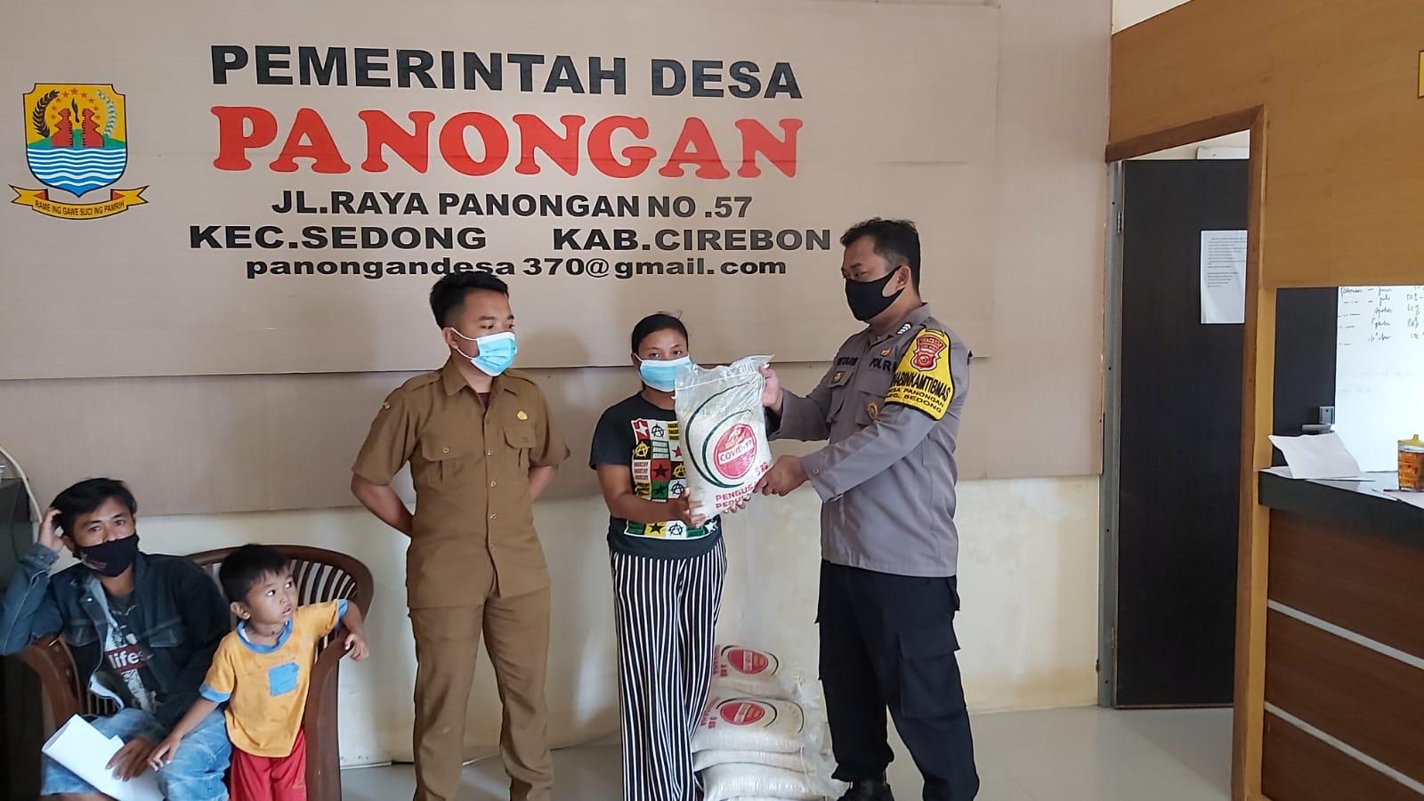 Polresta Cirebon Berbagi Beras Kepada Warga Slum Area Desa Panongan dan Desa Kertawangun