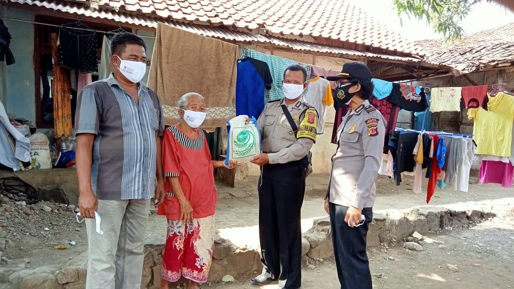 Kapolsek Seltim Bersama Anggota dan Babinsa Berjalan Kaki Bansos Paket Sembako