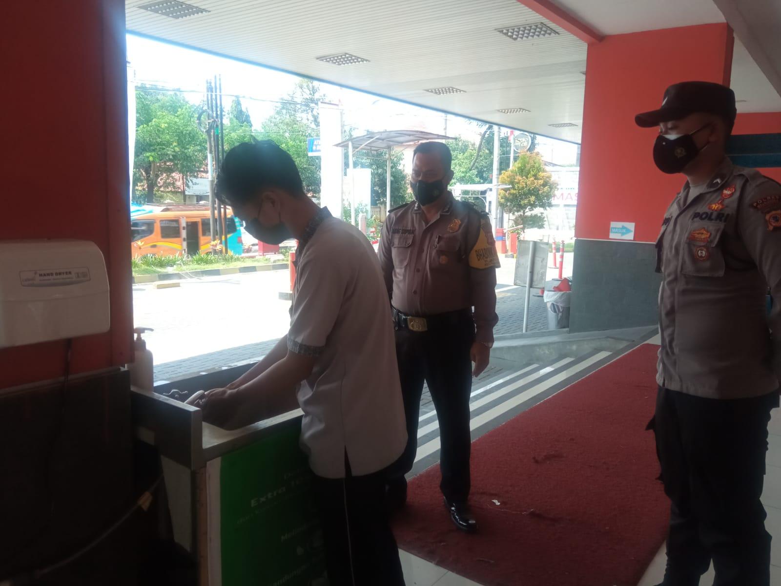 Petugas Posko PPKM Terus Imbau Prokes di Toserba Yogya Majalengka