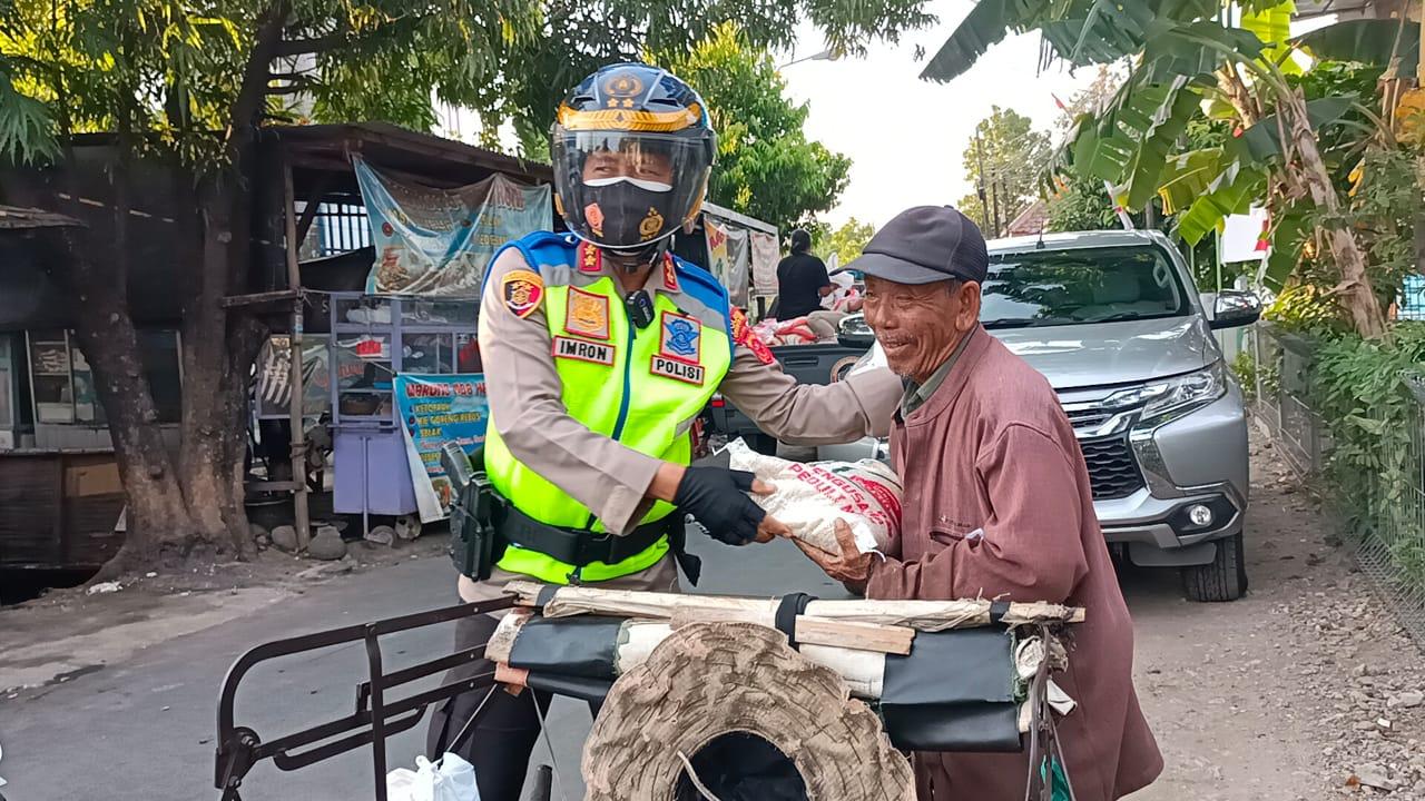 Gunakan Sepeda Motor, TNI-POLRI Bagikan Sembako Bagi Masyarakat Dampak Pandemi Covid-19