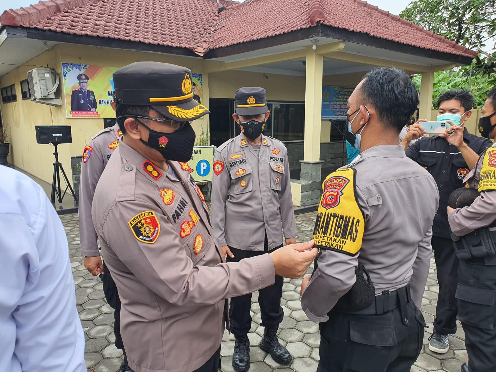 Kapolres Cirebon Kota AKBP M. Fahri Siregar Pimpin Apel Pagi di Polsek Kapetakan