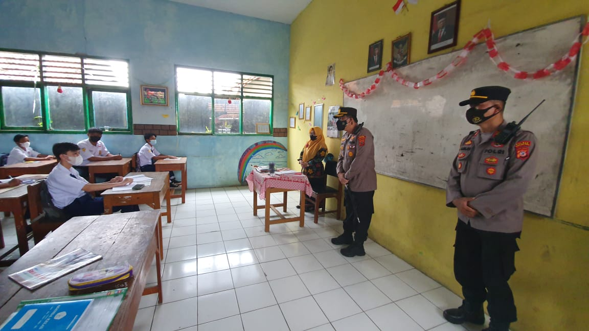 Kapolres Cirebon Kota AKBP M. Fahri Siregar Cek PTM di SMPN 1 Gunung Jati