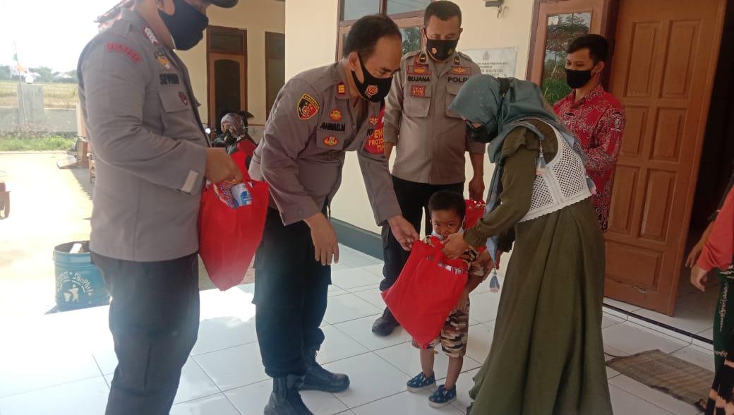 Warga Desa Kalianyar Terima Bantuan 25 Paket Sembako Dari Polresta Cirebon