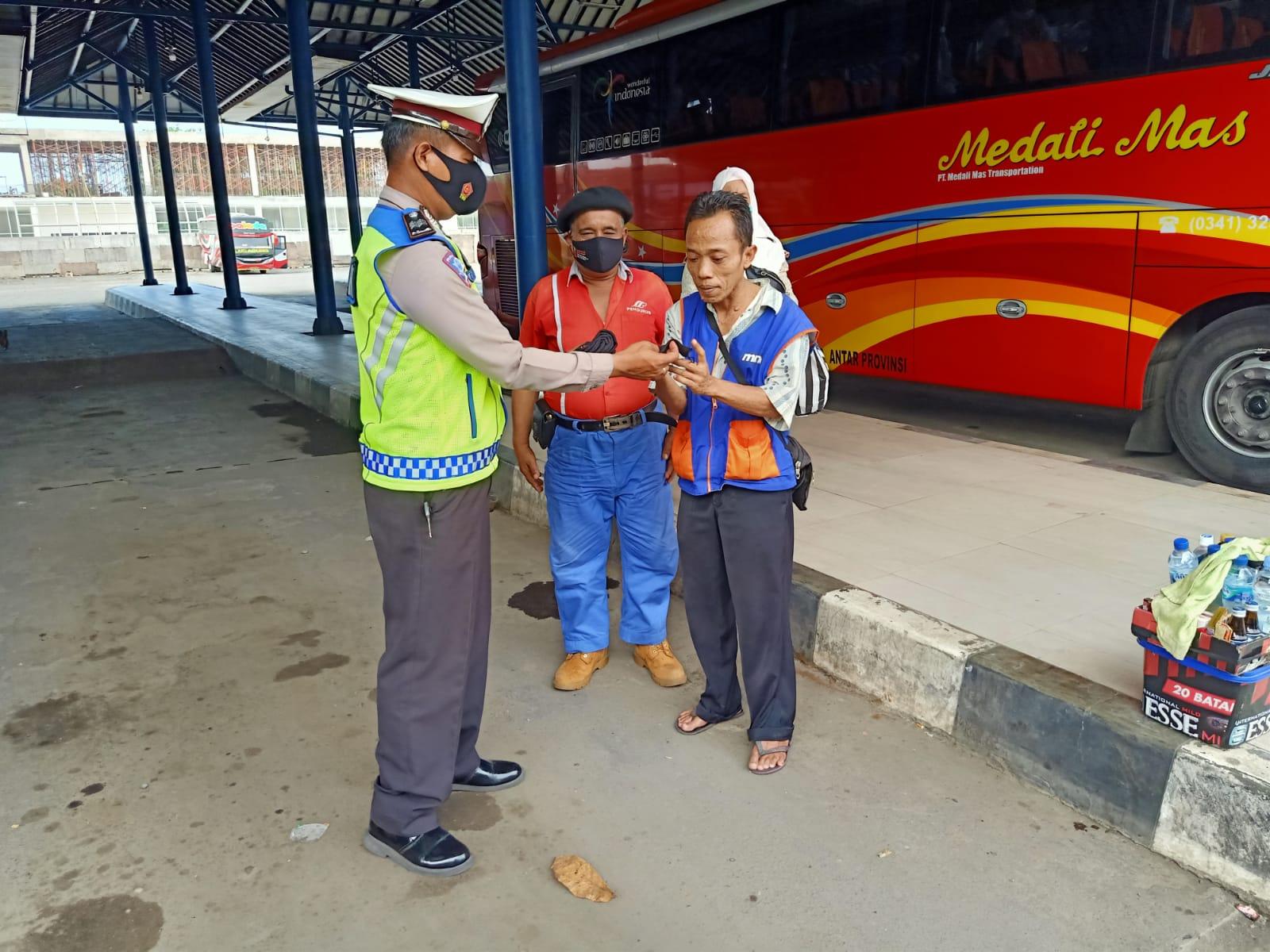 Sembari Laksanakan OPS Patuh Lodaya 2021, Sat Lantas Polres Ciko Bagikan Masker Gratis Untuk Pengemudi dan Penumpang Bus