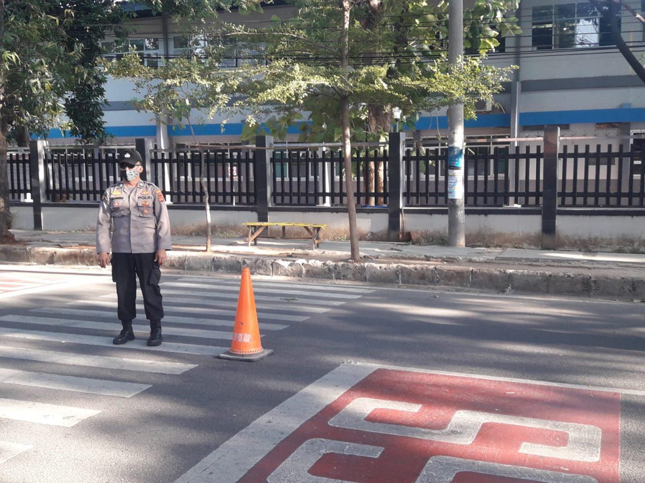 Polsek Kesambi Polres Ciko Terapkan Prokes 5 M Bagi Pengendara Saat Gatur Pagi Hari