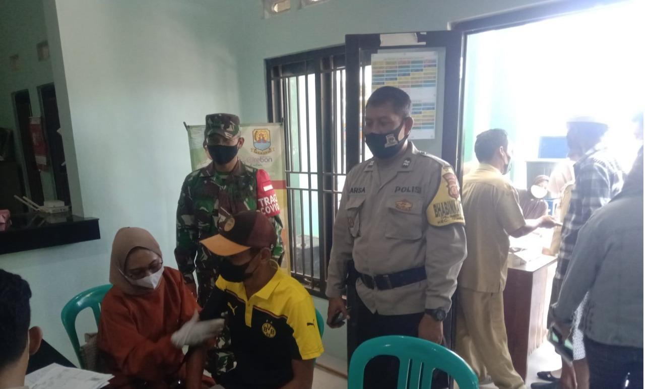 Amankan Vaksinasi, Bhabin Mertasinga Polsek Gunung Jati Polres Ciko Himbau Warga Dengan Prokes 5 M