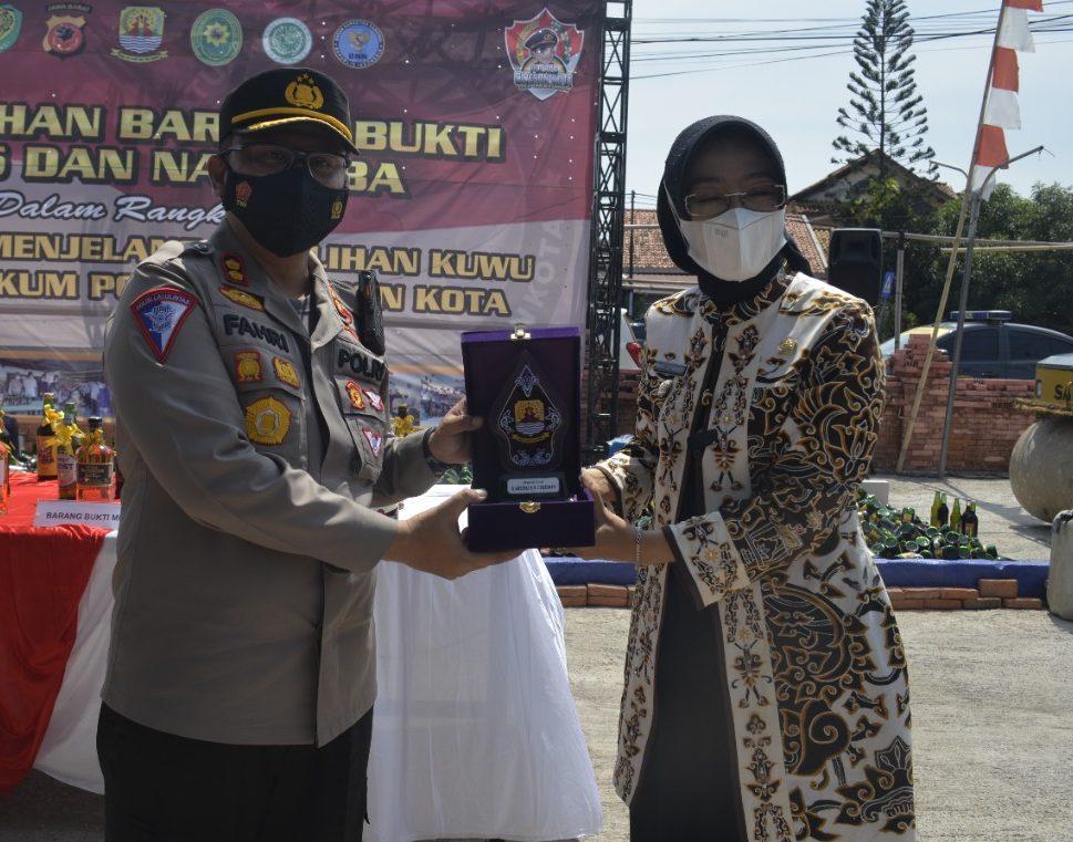 Kapolres Cirebon Kota AKBP M. Fahri Siregar, SH.S.IK.MH Terima Penghargaan dari Bupati Cirebon