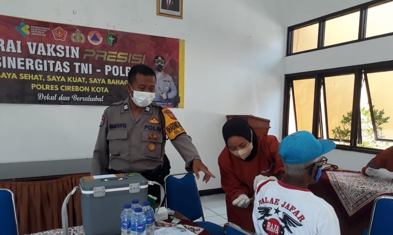 Monitoring Vaksinasi Bhabin Kesenden Utbar Polres Ciko Himbau Prokes Covid 19 Kepada Warga