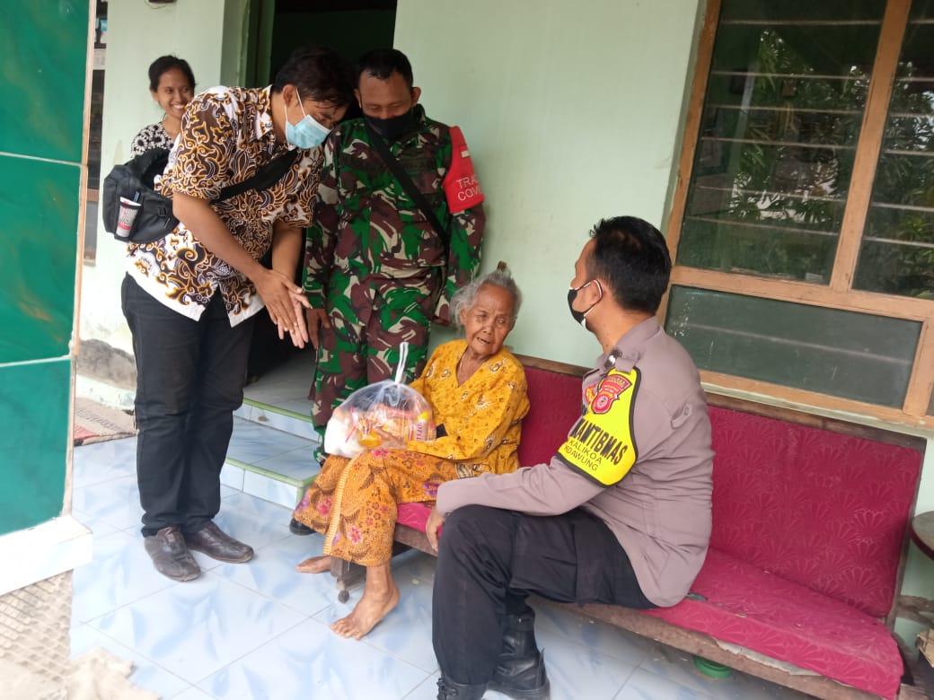 Bhabinkamtibmas Desa Kalikoa Salurkan Bantuan Sembako dari Tokoh Masyarakat