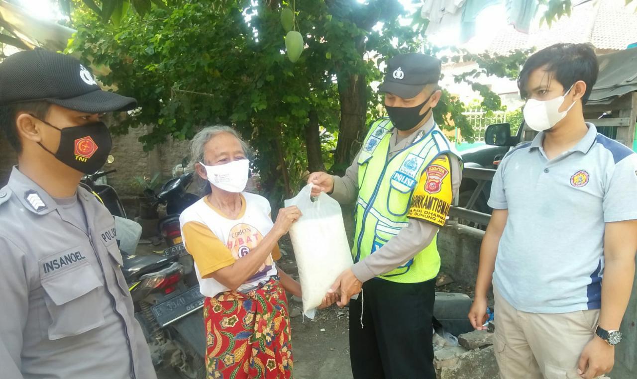 Dalam Rangka Polres Cirebon Kota Peduli, Polsek Gunung Jati Bagikan Paket Sembako Kepada Warga Kurang Mampu